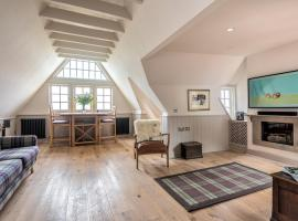 Amazing penthouse, stunning views, Castle 2 mins, hotel with parking in Edinburgh