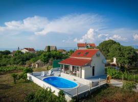 Holiday house Baras garden, hotel in Mirce