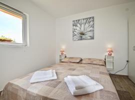 New apartment with lovely terrace and swing, apartment in Loborika