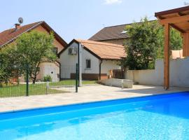 Family friendly apartments with a swimming pool Grabovac, Plitvice - 17532, hotel v destinaci Rakovica