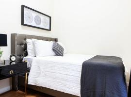 Sunny Private Bedroom in Uptown Manhattan, homestay sa New York