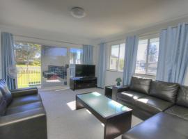 45 Wharf Street - Whole House, hotel in Tuncurry
