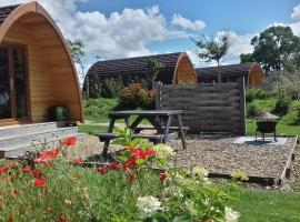 Poppy Glamping Pod, luxury tent in Cheltenham