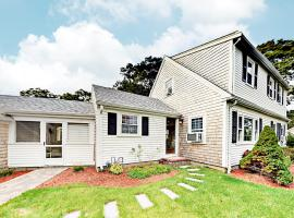 Corner Lot Home, holiday home in South Yarmouth