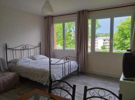 studio meublé, centre-ville, self catering accommodation in Lisieux