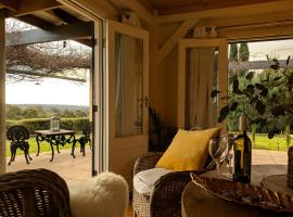 El Camino country cottage with terrace and stunning views, hotel in Hepburn Springs
