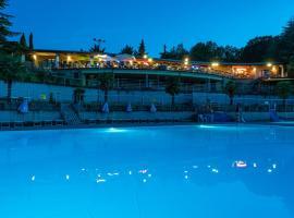 Camping Village Il Poggetto, hotel en Troghi