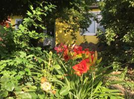 Дом в саду, гостевой дом в Голубицкой