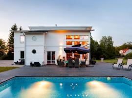 Exclusive villa with pool near Sthlm city and lake, feriebolig i Stockholm