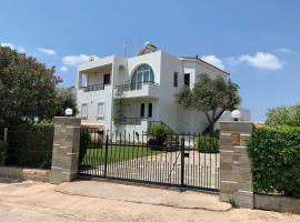 Refurbished house with garden 250m from the beach, hotel in Sounio
