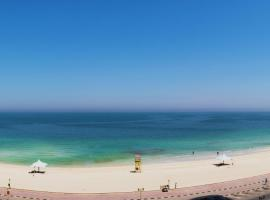 Luxury 1 BR Beach Apartment with Full Sea View, apartment in Ajman