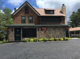 Pine Knoll Hotel, beach hotel in Old Forge