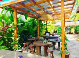 Loka Surf & Fitness Lodge, guest house in Kuta Lombok