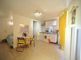 Charming Studio - heart of the city / Downtown, hotel in Fontainebleau
