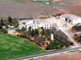 HACIENDA CHAMBERGO Casa en la campiña sevillana, hotel in Écija