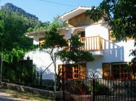Casa Rural Los Jamones, hotel en Arroyo Frío