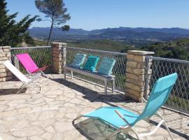 Chalet dans parc de loisir avec piscine, vue panoramique, hotel in Le Castellet