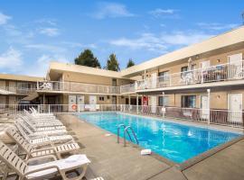 Siesta Suites, hotel em Kelowna