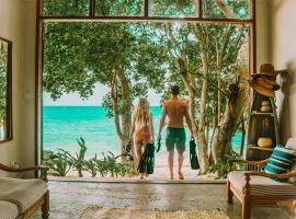 Whispering Palms -Two absolute Beachfront vilas, hotel in Port Vila