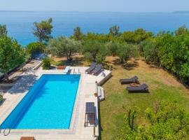 Above Blue Apartments, hotel with pools in Podstrana
