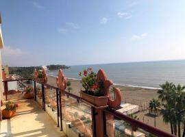 Atico-Duplex primera linea de playa en el centro de Estepona, lägenhet i Estepona