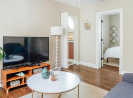 Spacious 2BR Apt Close to Airport with Parking C1, apartment in Dunning