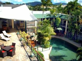 Bay Village Tropical Retreat & Apartments, hotel in Cairns