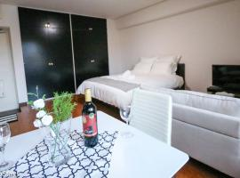 Spacious Studio Vacation Apartment near Shinjuku Gyoen Garden #O11, apartment in Tokyo