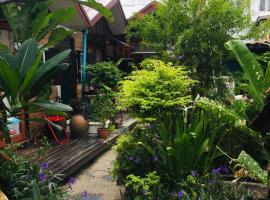 Noom Guesthouse, hotel in Lop Buri
