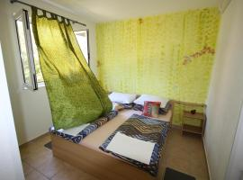 Apartments by the sea Starigrad, Paklenica - 17772, budget hotel in Starigrad-Paklenica