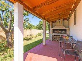 Charming holiday house with beautiful garden and grill, vacation home in Loborika