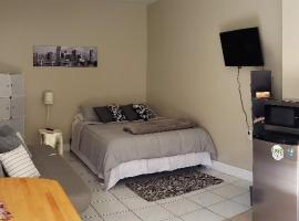 Lovely & modern room in Miami 1 bed & sofa/1 bath, guest house in Miami
