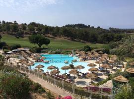 Hameau des amandiers-vue mer & golf, golf hotel in Saint-Cyr-sur-Mer