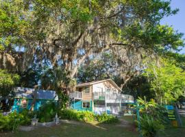 Riverfront Treetop Bungalow, hotel in Homosassa