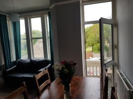 large first floor balcony flat next to beach, apartment in Weston-super-Mare
