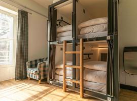 CoDE Pod Hostels - THE CoURT (Royal Mile Former Court & Jail), budget hotel in Edinburgh