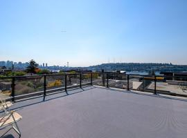 A-Seattle Urban Village- Guemes-Roof top view deck, homestay in Seattle
