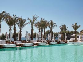 Nikki Beach Resort & Spa Santorini, ξενοδοχείο στο Καμάρι