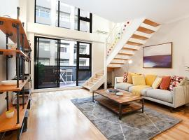 Stylish Loft Steps From City In Best Neighbourhood, apartment in Sydney