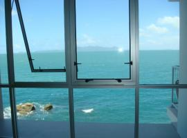 Best at Bright Point Absolute Waterfront 4 bedroom apartment, hotel in Nelly Bay