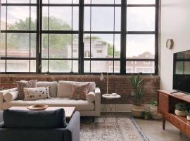 Sunny Loft w/ View of Gay St, apartment in Knoxville