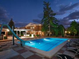 NEW. LUXURY VILLA C&C. JARDÍN, PISCINA Y BARBACOA, villa en Granada