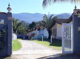 ACESSO A PÉ A PRAIA DA MARANDUBA! Casa com 2 dormitórios em Condomínio e 3 vagas de garagem, hotel in Ubatuba