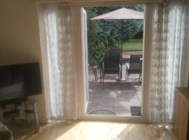 Studio Annex with private entrance in Bournemouth and Christchurch area, hotel near Bournemouth Airport - BOH,