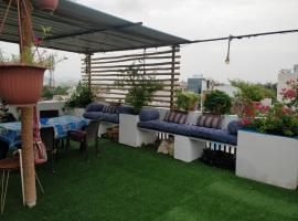 The Blue House Studio Apartment w/ access to Rooftop Terrace, apartment in Udaipur