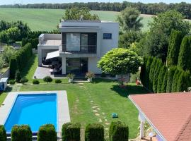 Villa Amelie con piscina, hotel near Železničná Stanica Leopoldov, Dolné Lovčice