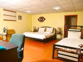 Luxury Inn, отель в Карачи