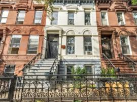 Modern Renovated Brooklyn Brownstone - 3min to subway, pet-friendly hotel in Brooklyn