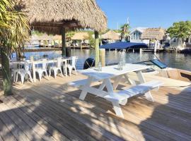 Tiny house on the water. Pool, beach, dock, kayaks, tiny house in Key Largo