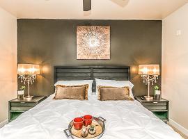 Palacio Luxury 2 bedroom Unit~Resort Pool~Amazing Gym with Parking,, apartment in Phoenix